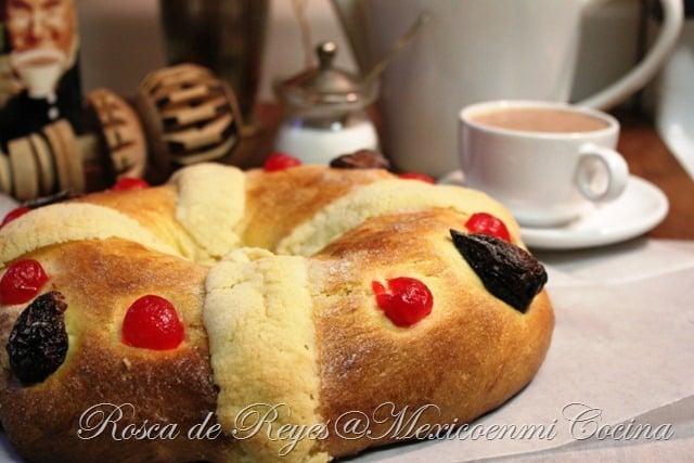 Rosca de Reyes con una taza de chocolate
