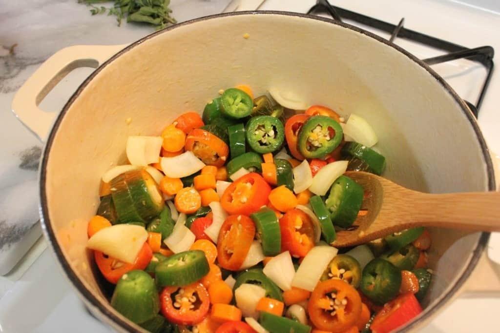 chiles jalapeños en vinagre, mezcla los ingredientes en una olla