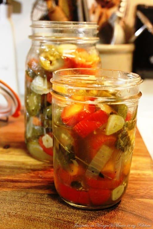 sírvelos en los frascos, jalapeños chiles en vinagre.