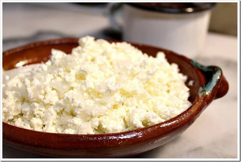 Receta de entomatadas, mezcla el queso y la cebolla