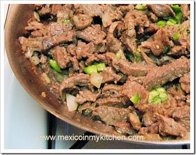agrega los jitomates y condimenta con sal, Puntas de Filete de Res a la Mexicana