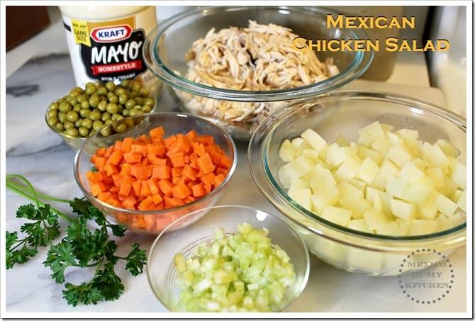 Ensalada de Pollo ingredientes para esta receta son pollo deshebrada, zanahorias, papas, chícharos y mayonesa.