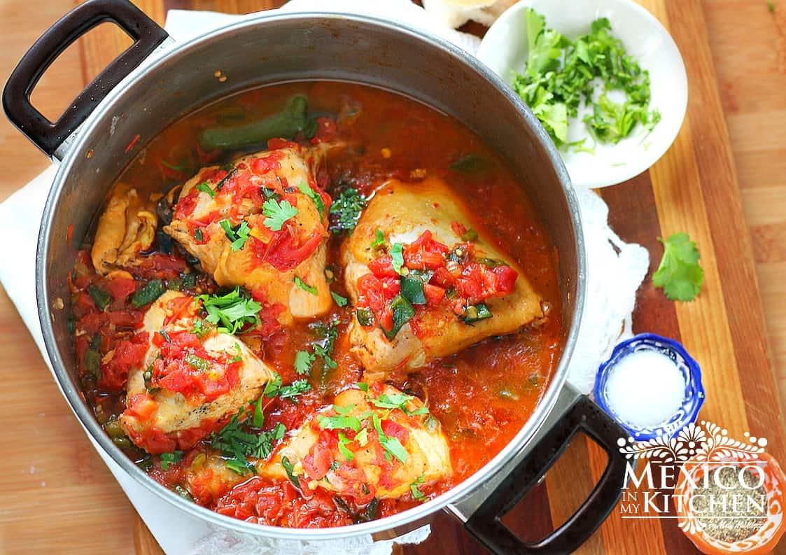 C mo hacer pollo entomatado f cil y sencillo recetas for Que cocinar con pollo