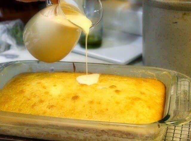vierta la mezcla de leche sobre la torta, Pastel de Tres Leches