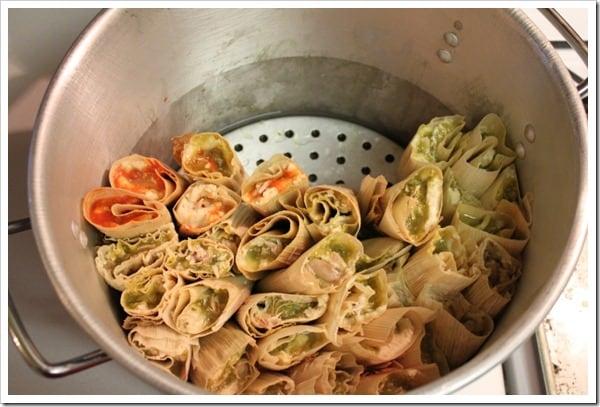 Tamales de pollo en salsa verde, acomoda los tamales en la olla