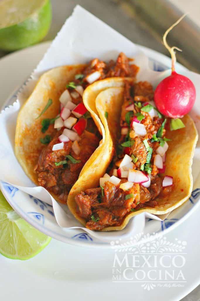 Tacos de cola de res -rabo de res en salsa de chile chipotle adobado
