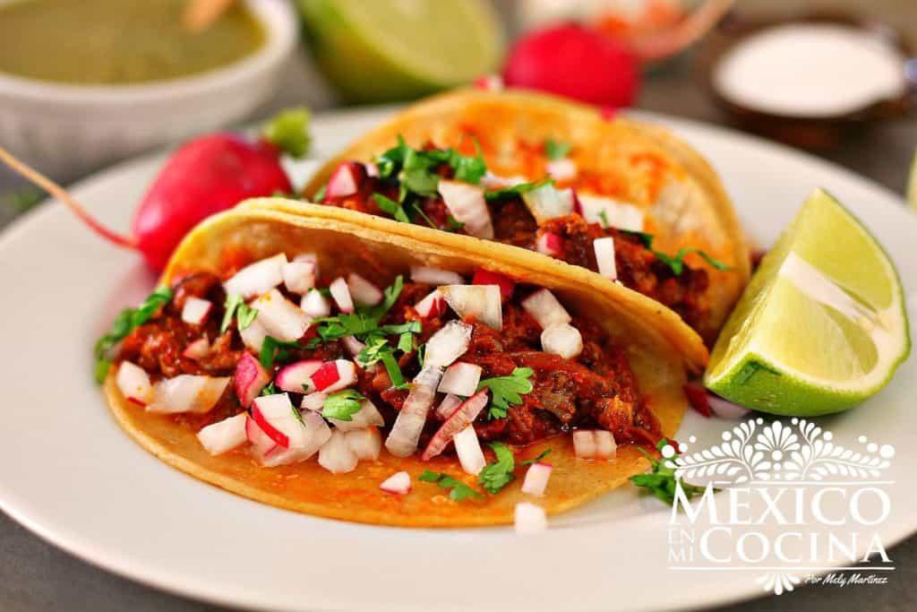 Tacos de cola de res - rabo de res en salsa de chile chipotle adobado