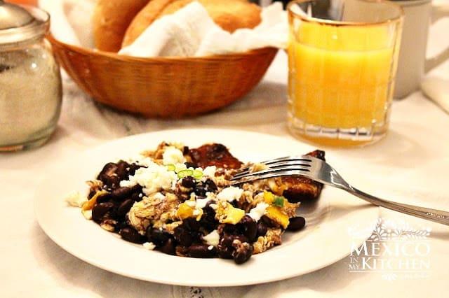 Huevos tirados, receta de comida mexicana