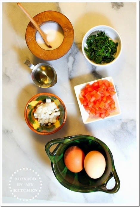 Ingredientes para preparar huevos revueltos con chaya