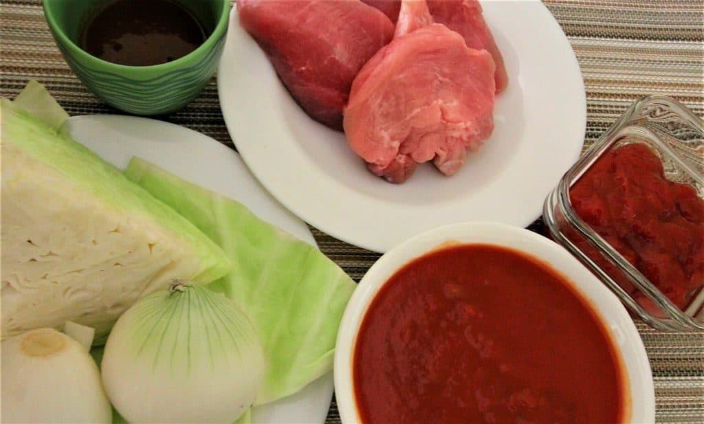 carne de cerdo, repollo-col, cebolla, salsa de tomate.