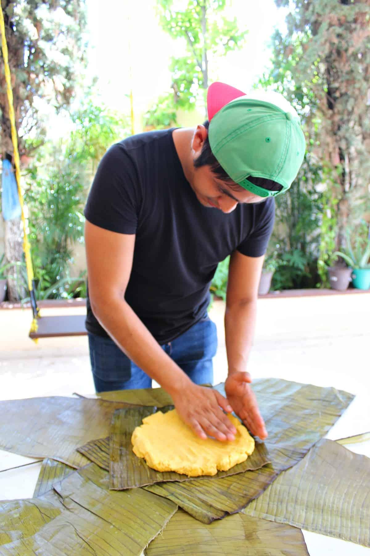 Chef Octavio Hernández formando el mucbipollo
