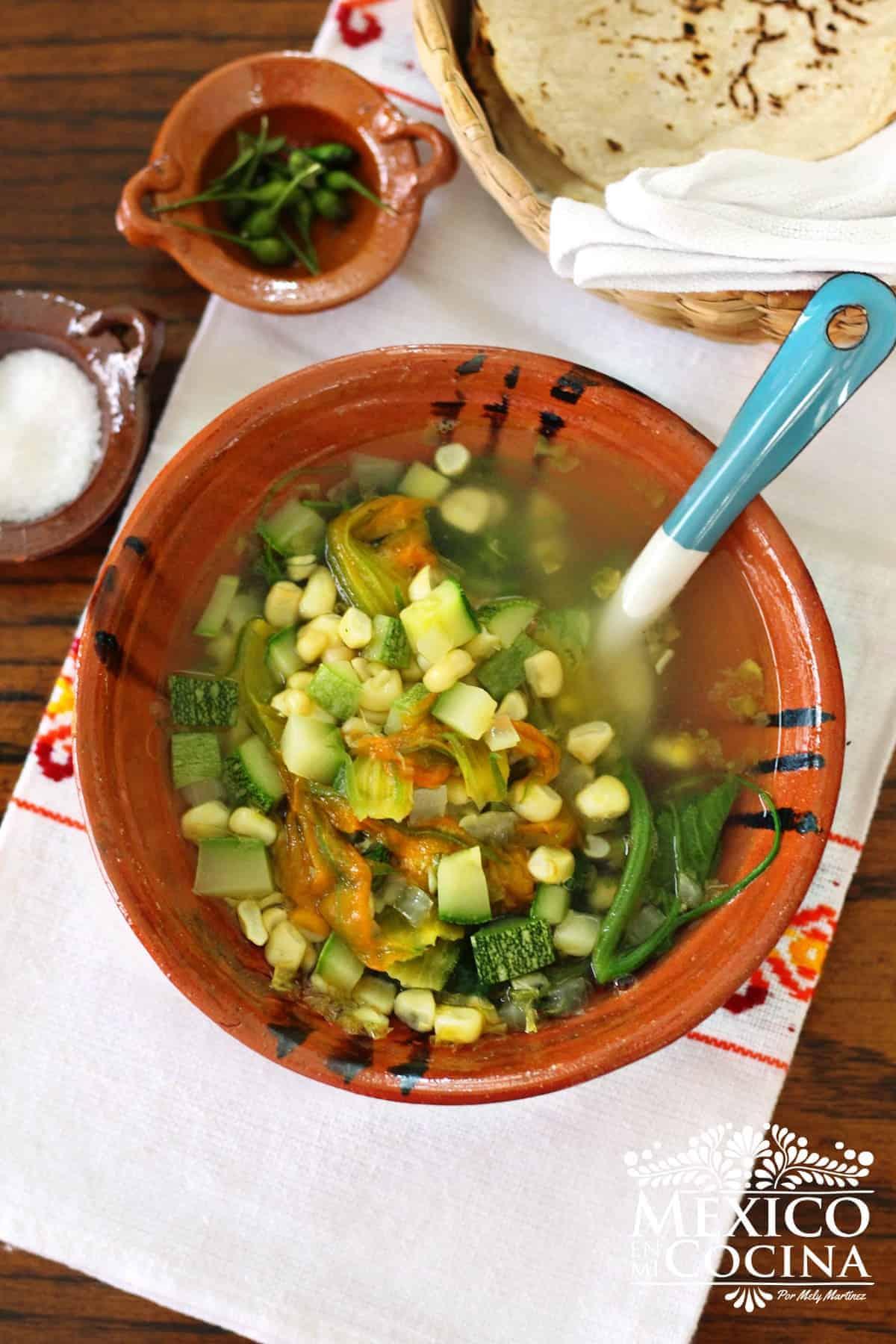Plato de barro con sopa de guías