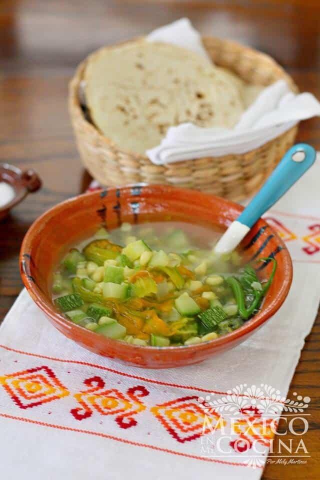 Plato con sopa de brotes de calabaza y calabaza