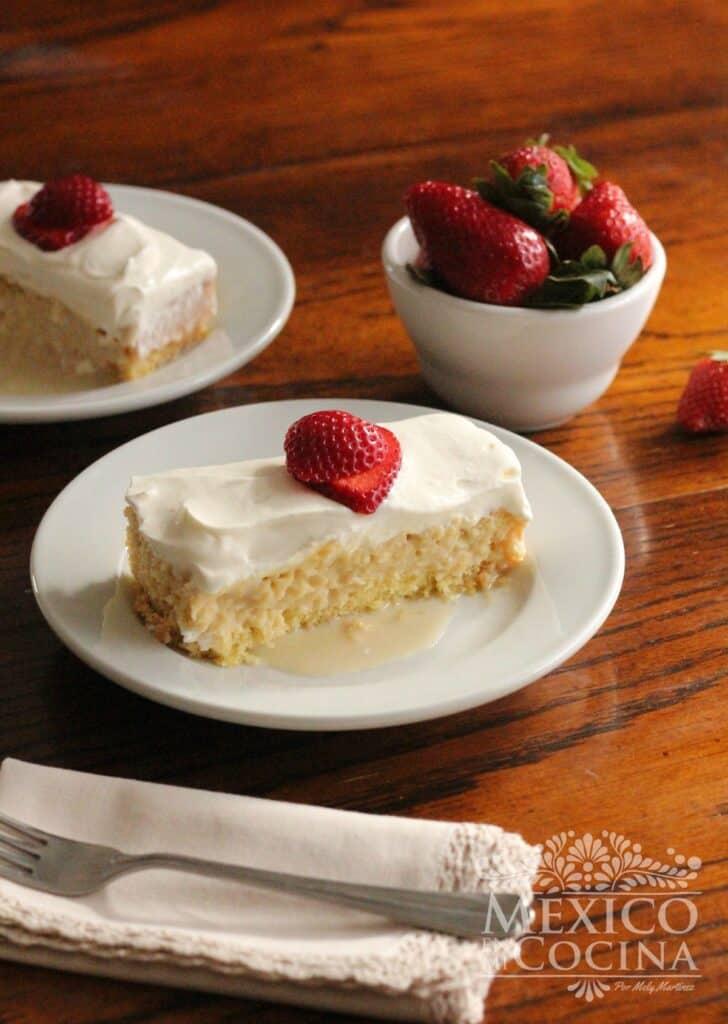 Plato con pastel tres leches
