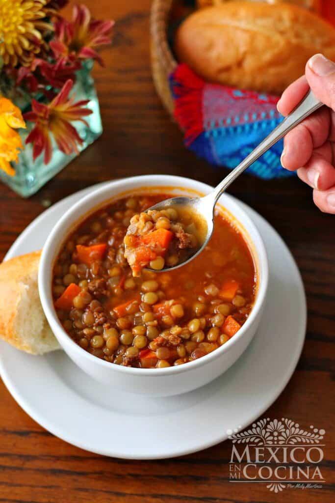 Plato con sopa de lentejas y chorizo