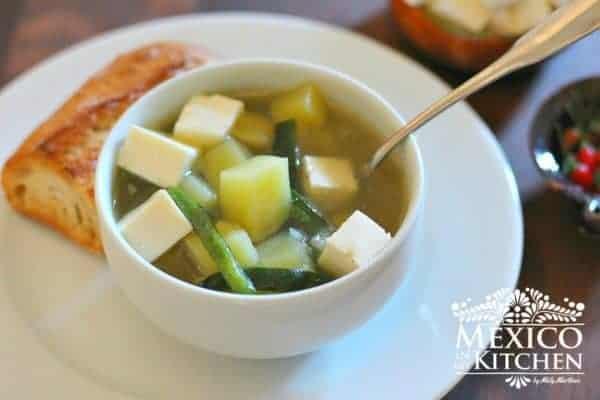 Plato con sopa de papa y chile poblano